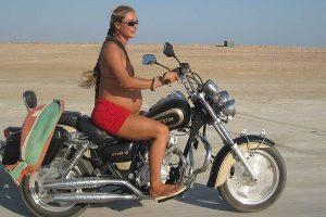 Беременная на мотоцикле