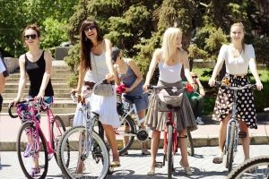 Девушки в юбках на велосипеде