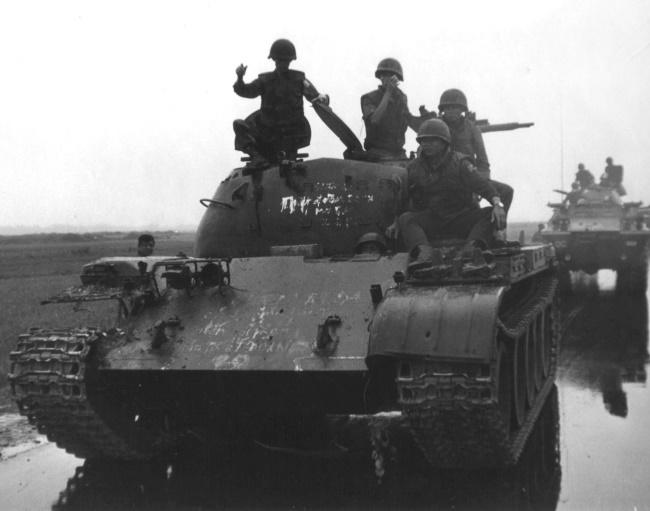 Северовьетнамцы на танке Т-59