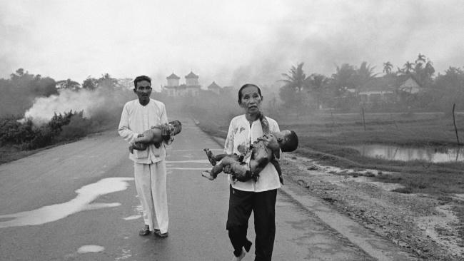 Вьетнамские цивильные убегают от напалма