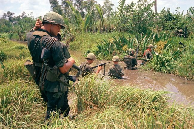 Войска США пробираются через болото в дельте реки Меконг